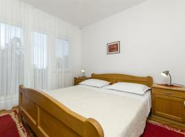 Hotel photo: Primosten Apartment Sleeps 4 Air Con WiFi T487339