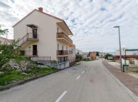 Hotel photo: Primosten Apartment Sleeps 6 Air Con T487372