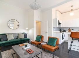 Foto di Hotel: Modern 2BR Home in West London!