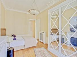 होटल की एक तस्वीर: a luxurious three-bedroom apartment