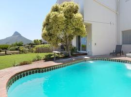 Hotel photo: Spectacular Camps Bay Townhouse with views & pool
