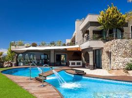 รูปภาพของโรงแรม: Es Cana Villa Sleeps 20 Pool Air Con WiFi