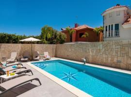 Hotel photo: Sonnenland Villa Sleeps 8 Pool Air Con WiFi