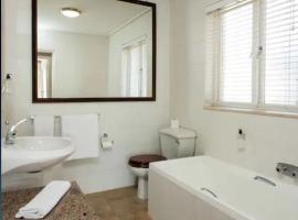 Hotel photo: Sea Facing 3 Bedroom in Camps Bay Mountain View