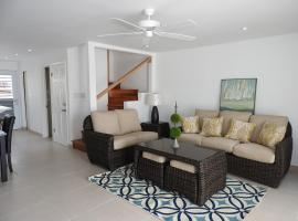 Hotel photo: Updated 2 bedroom villa close to the beach