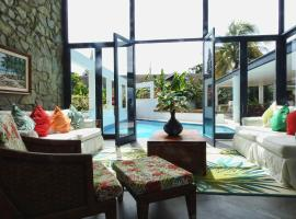Hotel photo: Luxury Villa with Steamroom & Steps down to Surf of Mt Irvine