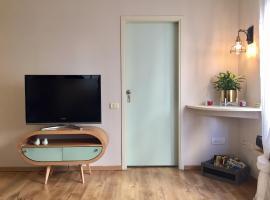 Hotel Photo: Beautiful trandy 2 bedroom+ living room