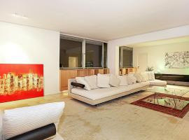 Hotel Foto: a special three-bedroom apartment