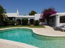 Hotel fotografie: Playa de Talamanca Villa Sleeps 8 Pool WiFi