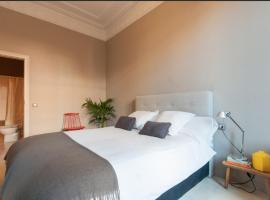 מלון צילום: sunny suite with private bathroom and living room