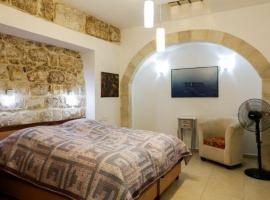 Фотография гостиницы: Overlooks the Kotel (Western Wall)