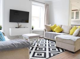 A picture of the hotel: Large 2 Bedroom Garden Flat in Battersea