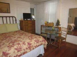 Hotel Foto: Clean Private Apartment , 1 block to New York Bus