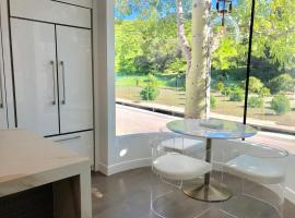 Hotel photo: Mid-Modern Zen New Beverly Hills 90210 Villa