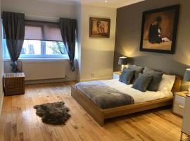 Фотография гостиницы: Elegant Mews Cottage in Glasgow City Centre