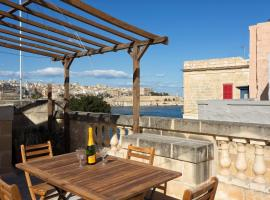 Hotel photo: Traditional Maltese Townhouse, Roof Terrace and Views