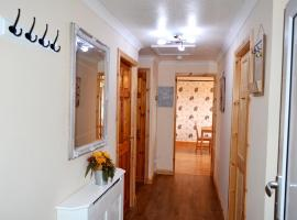 Фотография гостиницы: 3 Bedroom Apt- 5 beds + double sofa bed - Free Wi-Fi, Netflix & Parking