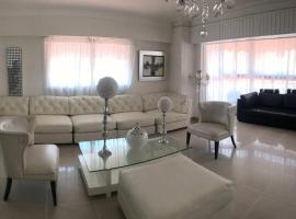 Fotos de Hotel: Spacious 3 BR Apt 5 Minutes From Downtown Santo Domingo