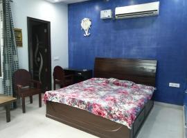 酒店照片: Private bedroom with park view near Delhi metro