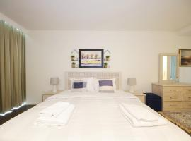 Hotel photo: Signature Holiday Homes - Luxury 3 Bedroom Apartment D1 Tower Waterfront View