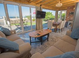 Zdjęcie hotelu: One Bedroom Chalet on old sheraton rd ground floor with garden and sea view