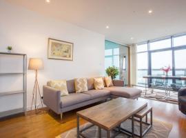 Фотография гостиницы: Stunning flat with huge balcony and river view