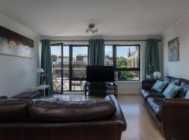 Фотография гостиницы: 3 Bedroom Hillhead, With Balcony and Roof Garden