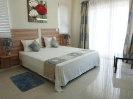 Hotel photo: Bedroom with double bed and separate private kitchen and bathroom