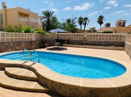 Hotel foto: Villa with private pool with rooftop pergola. 1min from the beach