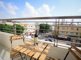 Hotel photo: Luxurious Bauhaus Suite - Carmel Market View!