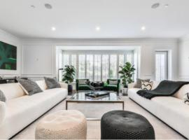 Hotel photo: Exquisite 8BR/11BA Home in Beverly Hills