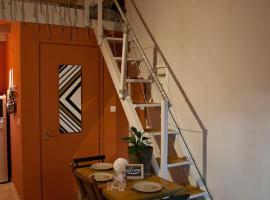 Hotel photo: Cozy Central Courtyard Home (By The Lake)