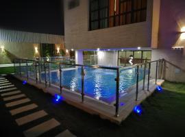 Foto di Hotel: شاليهات ويفز
