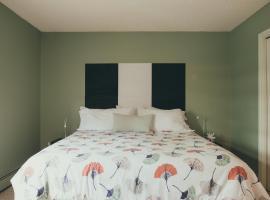 Hotel Foto: King Bed Condo! In the Heart of Calgarys Best Area