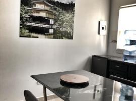 מלון צילום: 6) Suite with large dining room and full kitchen