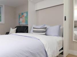 A picture of the hotel: 55 Dahlia - #111 · Beautiful & Central Studio + Free Parking
