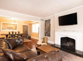 Hotel foto: Spacious 3BR with King Beds and Parking - Midtown!