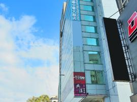 A picture of the hotel: Green World Hotel - Zhonghua