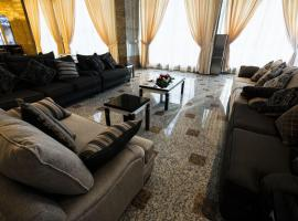 Foto di Hotel: Sara Palace Apartments- family only