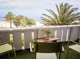 Hotel photo: Beachfront Art Deco Apt