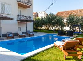 Hotel photo: Apartment Charming Apartment With Pool