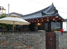 รูปภาพของโรงแรม: Shinsiwa Hanok Guesthouse 1 (Daein Market)
