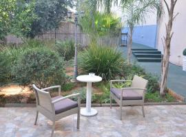 A picture of the hotel: Pinsker Garden Apartment - Petah Tikva