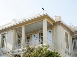 Foto di Hotel: Mikrolimano Historical Luxury Villa