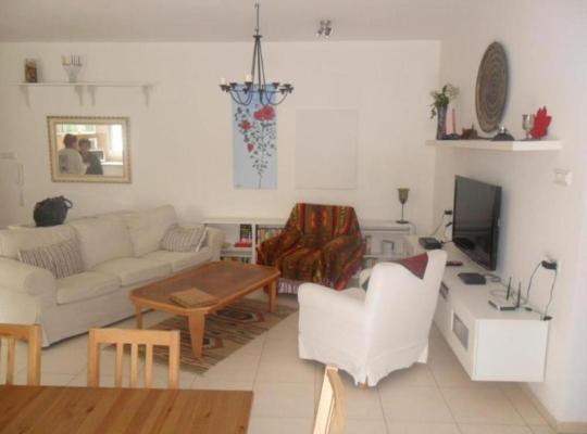 Otel fotoğrafları: Neve Ze'ev Apartment with Garden