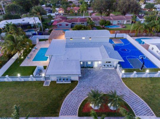 Hotel bilder: Large Estate Pool Home w Bskt Ball Court