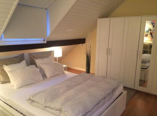 Hotel fotografií: Attika-Zimmer (35 m2, modern, gross, zentral gelegen)