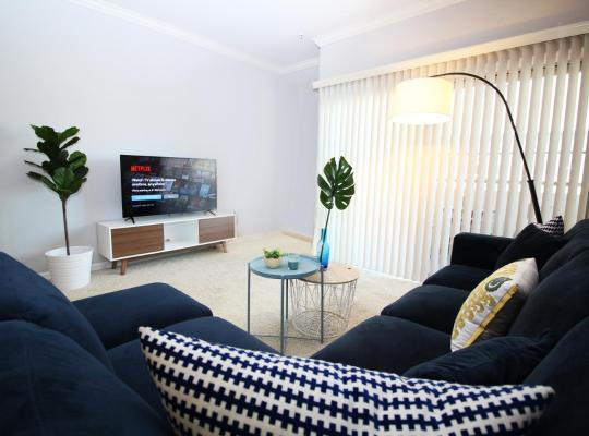 Hotel photos: West Hollywood Deluxe Suite | 2BR&2BT | Pool | Free Parking