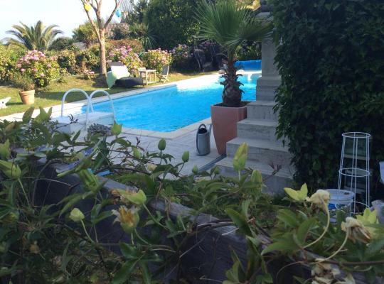 Hotel photos: Roulotte de luxe vue mer 180° ,et un ha de verdure