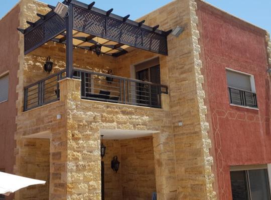 Viesnīcas bildes: El Karam & Jood Chalets
